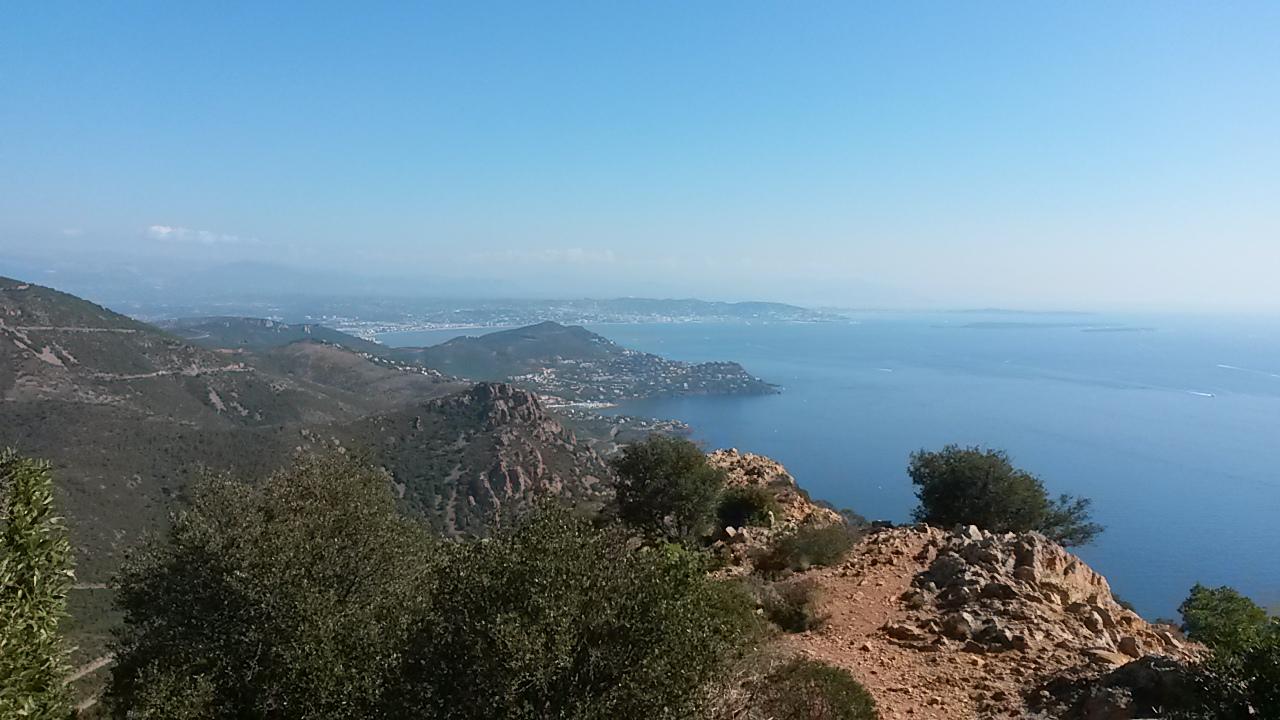 La vue sur Cannes, Antibes et Nice depuis le Pic du Cap Roux dans l'Esterel