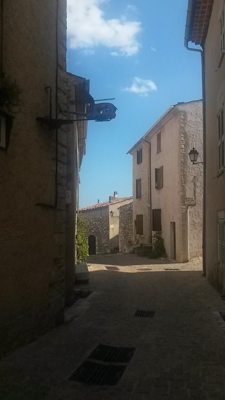 Une ruelle du village de Mons