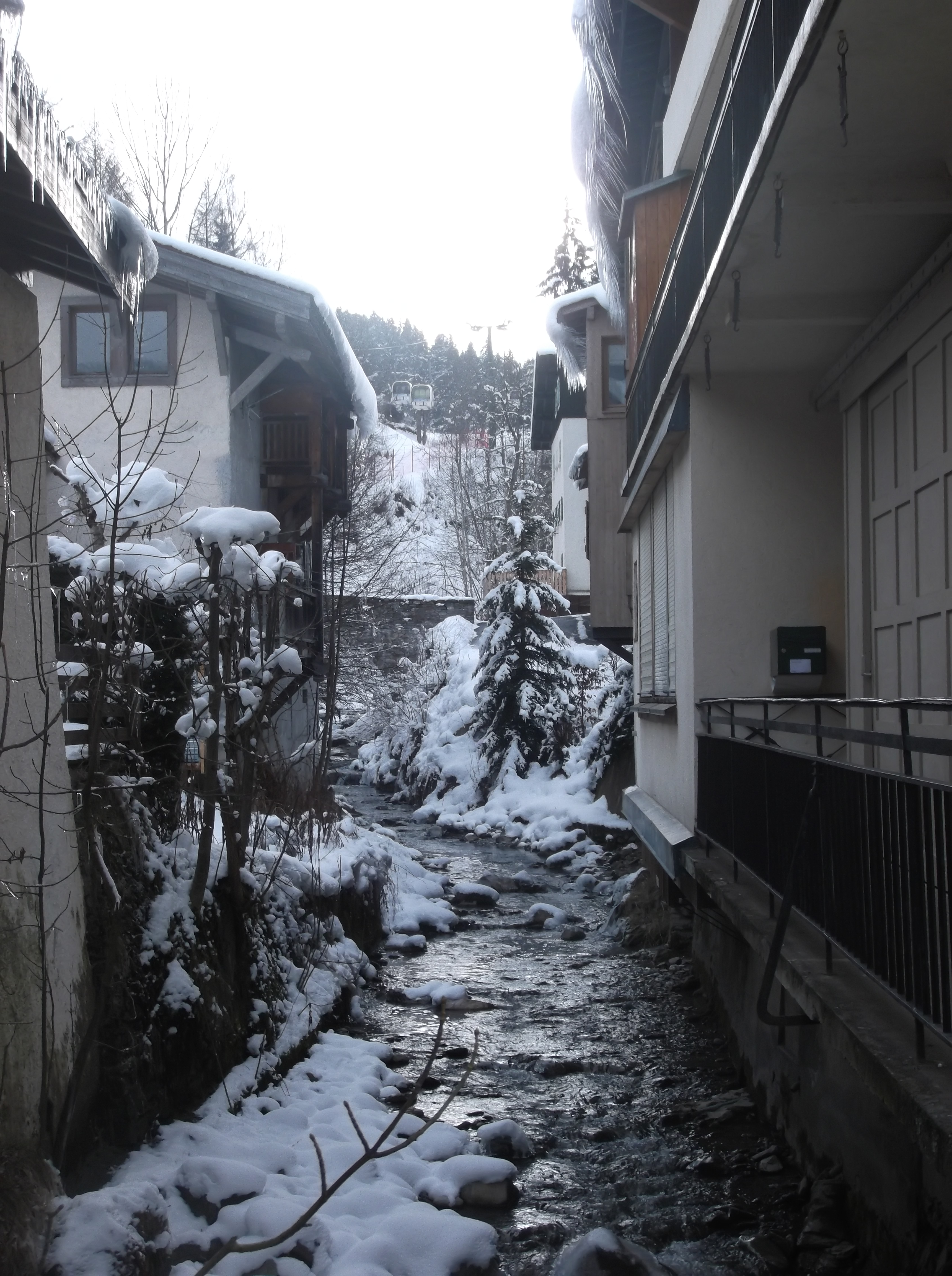 Un ruisseau traverse Megève