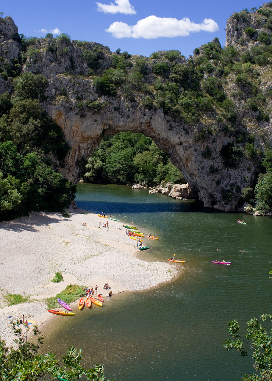 Faire du canoe kayak sous le Pont d'Arc en Ardèche