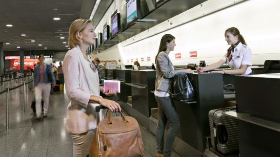 Enregistrement des bagages au comptoir de l'aéroport