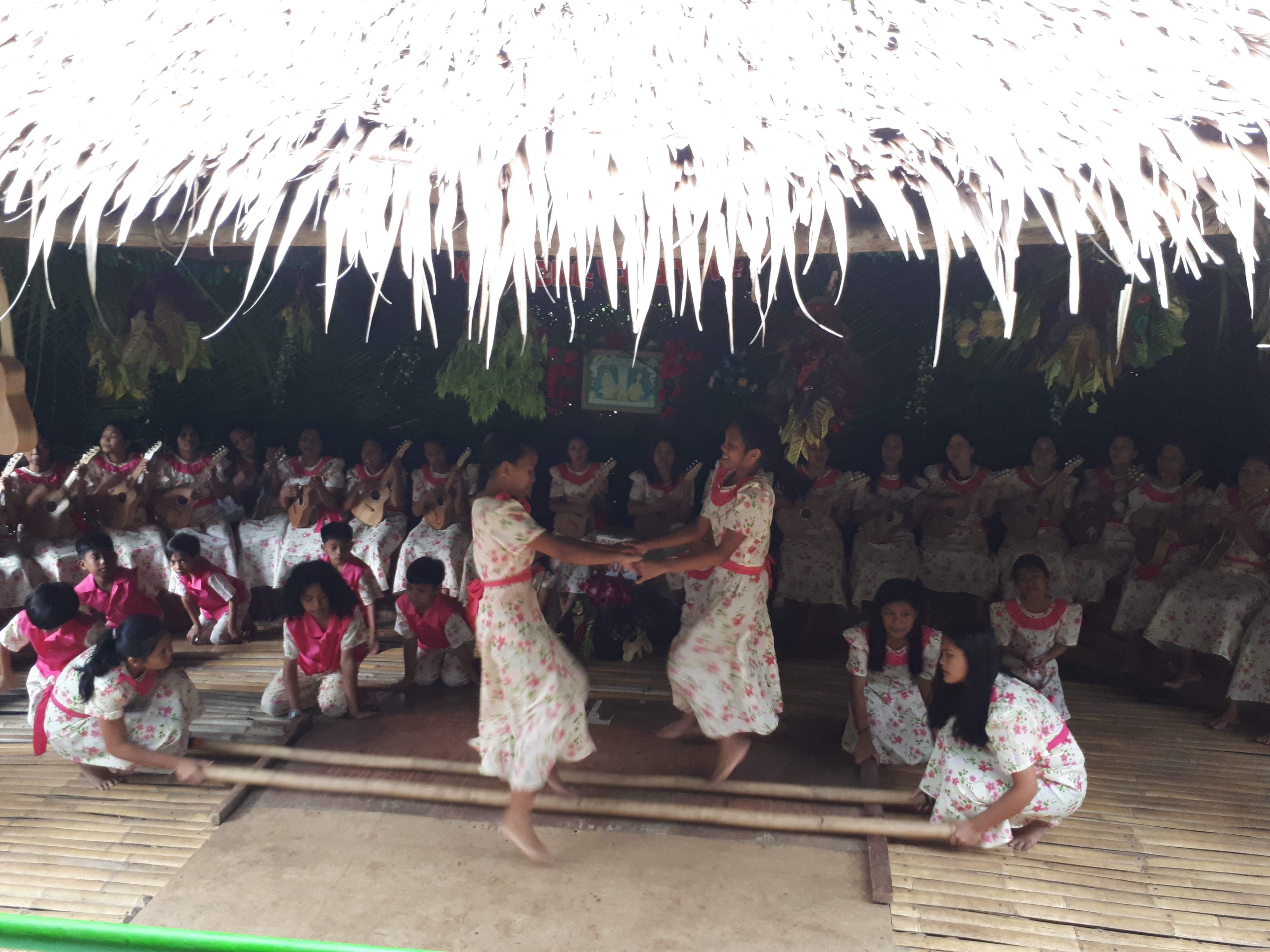 Danse traditionnelle aux abords de la rivière Loboc aux Philippines