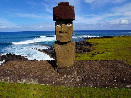 Une statue semi-entérrée de l'île de Pâques