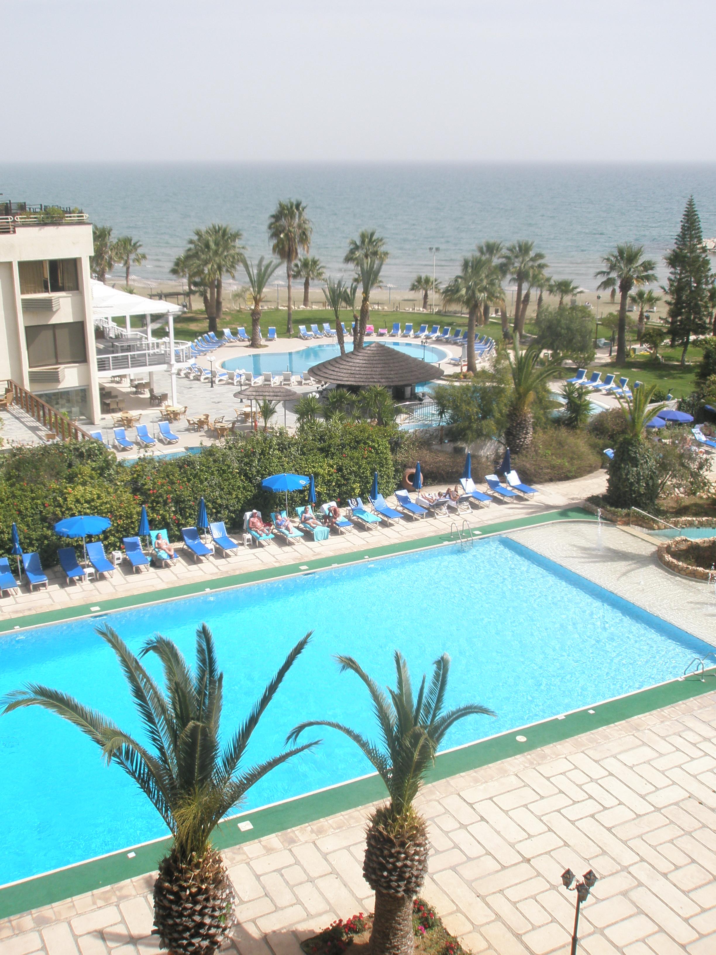 Visite d'une chambre d'hôtel à Chypre avec vue sur la mer et les piscines