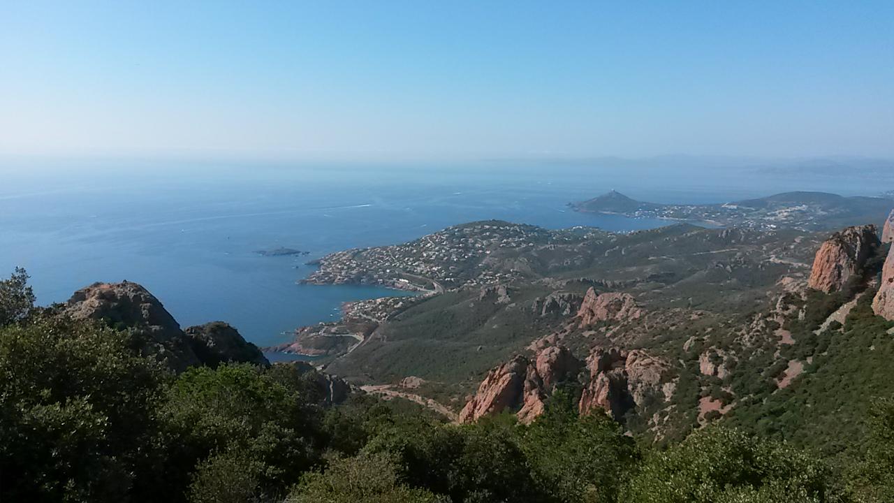 La vue sur Sainte-Maxime et Saint-Tropez depuis le Pic du Cap Roux dans l'Esterel