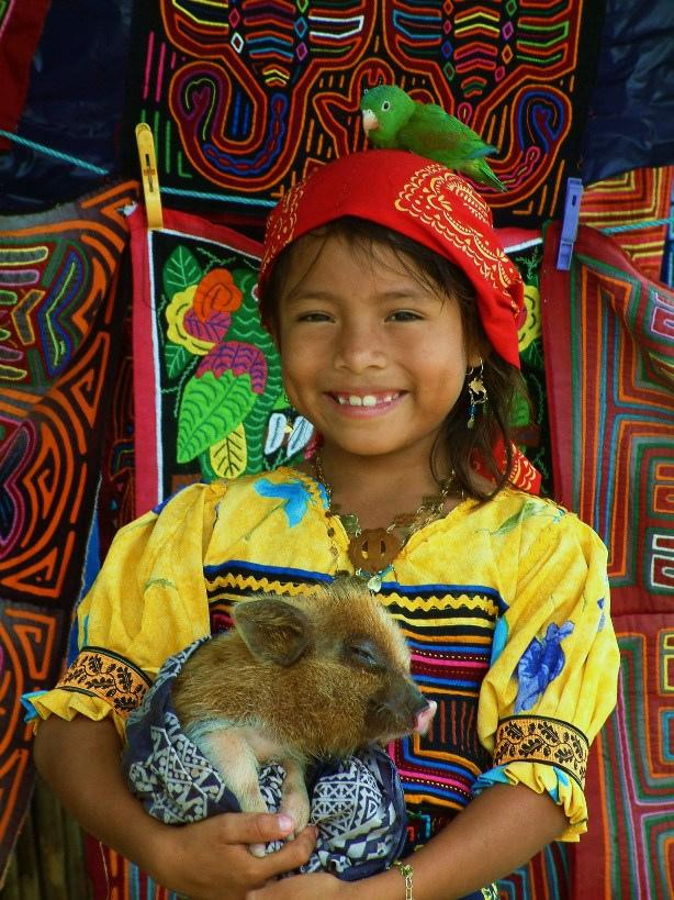 Une fille de la tribu des Kunas au Panama