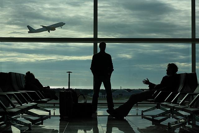 Attente du vol dans la salle d'embarquement