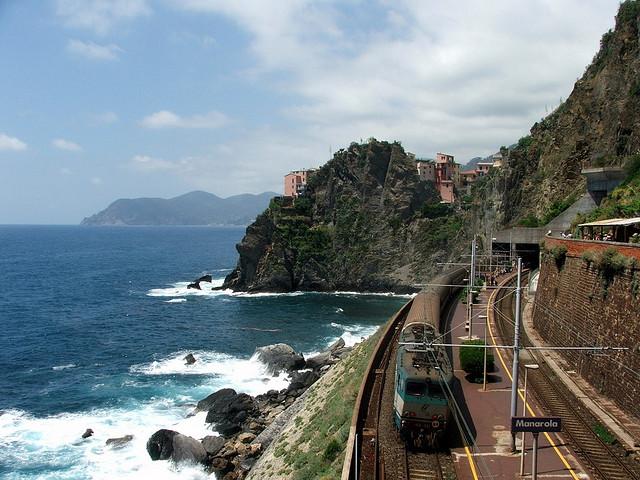 Le train qui relie les villages des Cinque Terre en gare de Manarola