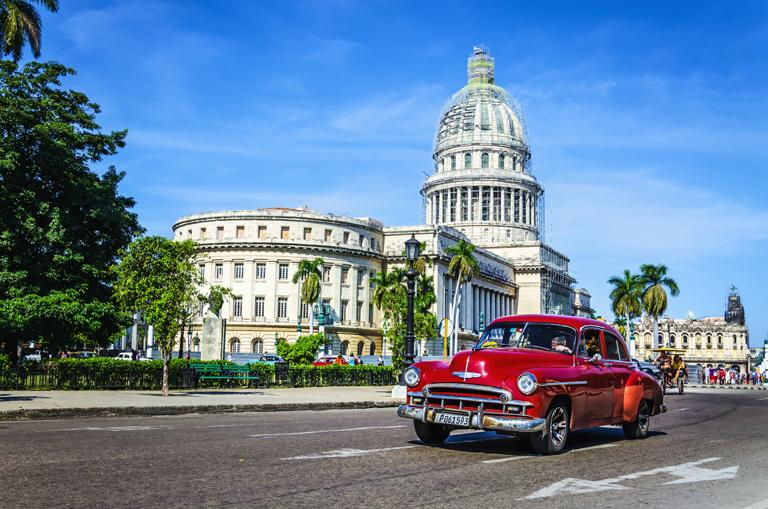 Une vieille voiture américaine devant le Capitole à La Havane