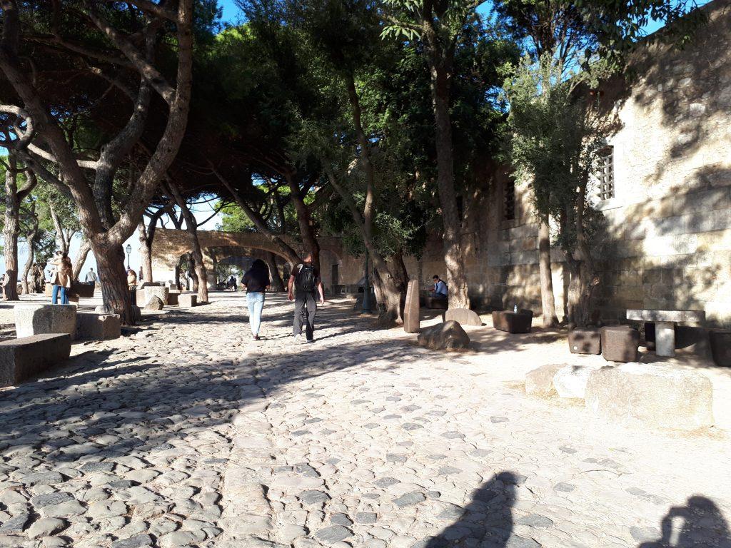 Cour pavée du château Saint-Georges