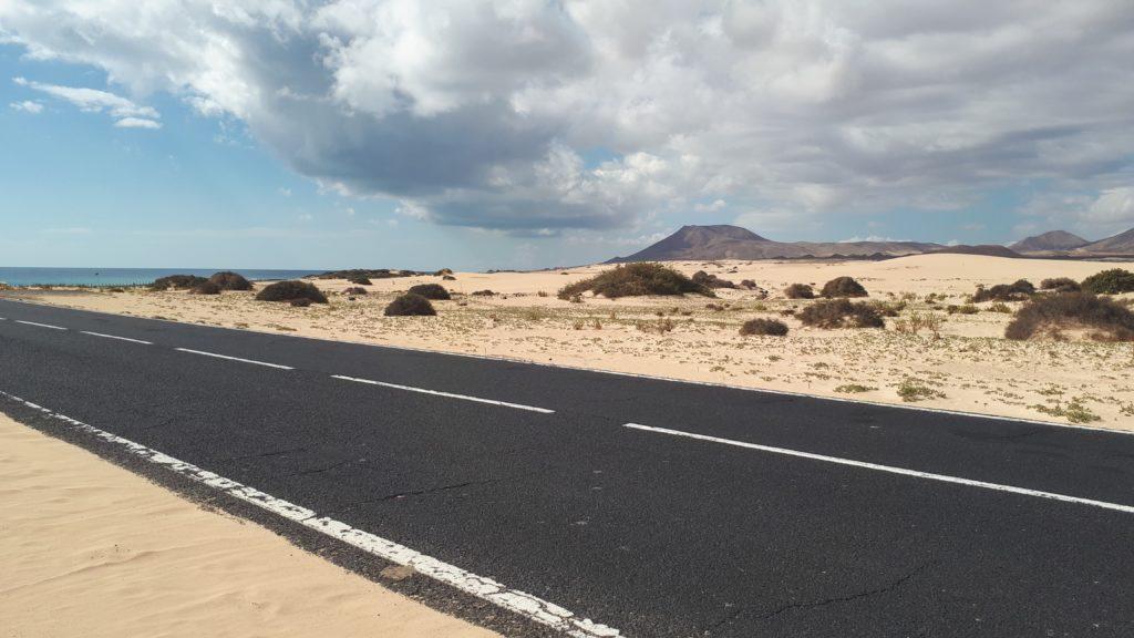 La route au cœur du parc de Corralejo