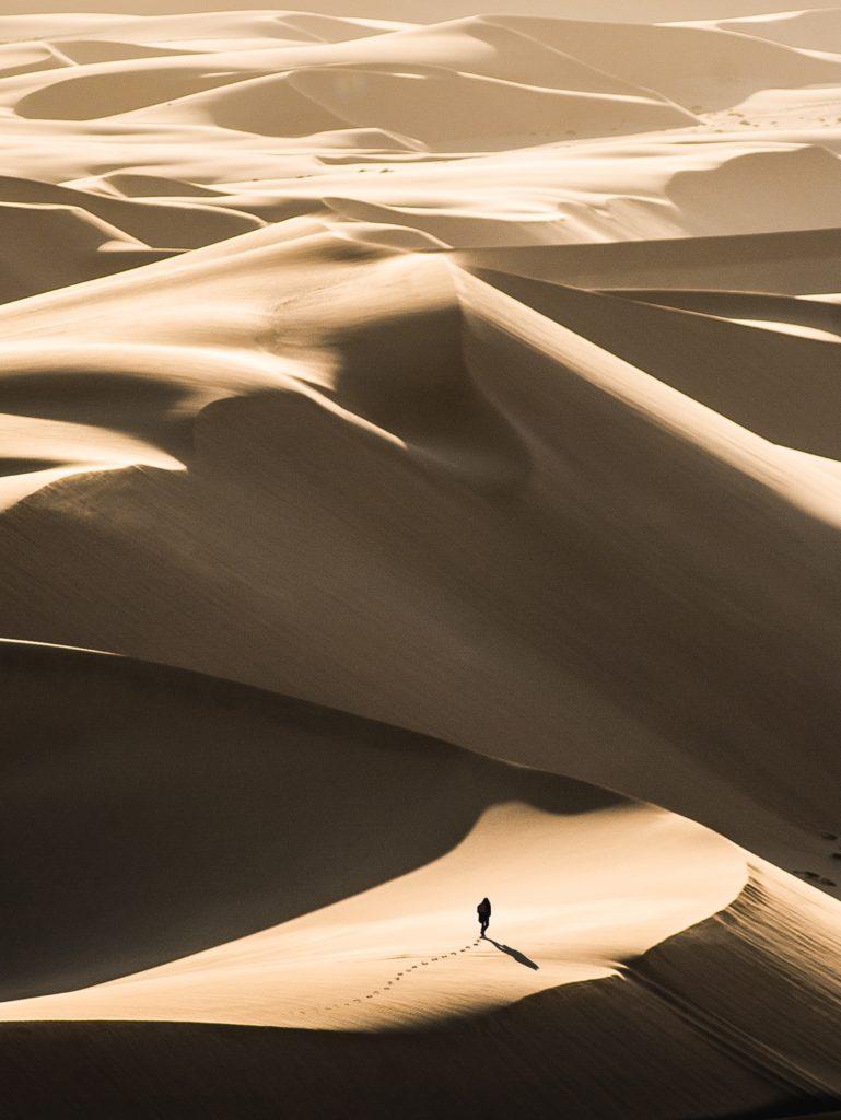 Marche dans le désert en Namibie